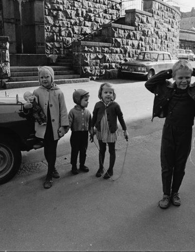 Lapset kadun varrella