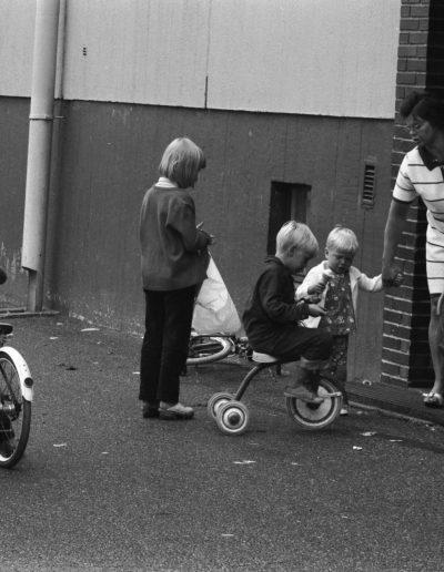 Lapsia polkupyörineen