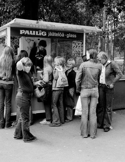 Koululaisia jäätelökioskilla
