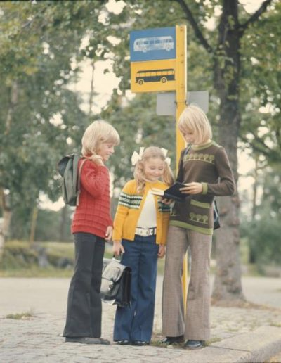 Bussipysäkillä - mainoskuva