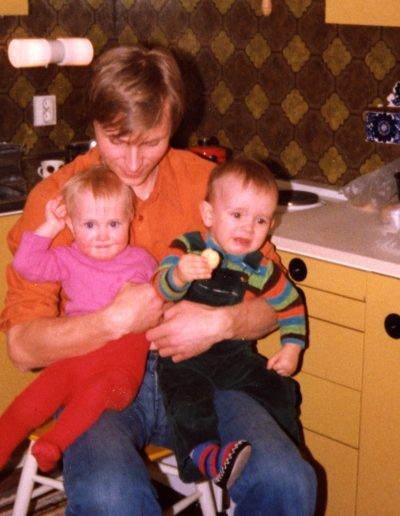 Isä ja lapset keittiössä