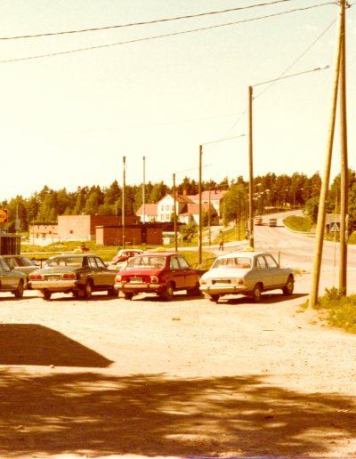 Autot parkkipaikalla